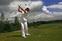 ゴルフしている女性の画像